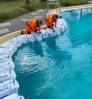 Die Freibadbetreiber im Landkreis Helmstedt bereiten sich in der Hoffnung auf eine Öffnung Ende Mai auf die Saison vor (hier stellvertretend zu sehen: Salzeinbringen im Freizeitbad Grasleben).
