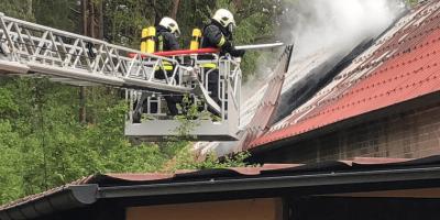 Die Feuerwehrleute mussten das Dach öffnen, um an das Feuer zu gelangen. Quelle: Sandra Bels