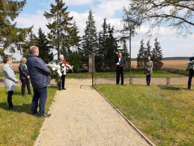 Foto zur Meldung: Gedenkfeier anlässlich des 75. Jahrestages an die Naziopfer zum Ende des 2. Weltkrieges, insbesondere der Toten eines Häftlingstransports mit Zwangshalt am Sülstorf Bahnhof