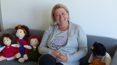 Kuscheln mit Puppen statt mit Kindern – Der Maintaler Tagesmutter Annette Duplois-Rauh fällt die coronabedingte Pause schwer. Foto: Stadt Maintal