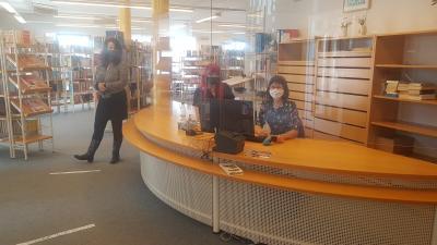 v.li. Die Mitarbeiterinnen der Bibliothek Katrin Hummel, Sophie Arnold Stefanie Enders