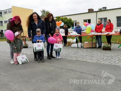 Mit einer Überraschungstüte und bunten Luftballons durften die Kinder wieder nach Hause gehen. Foto: Beate Vogel