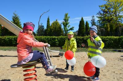 Stadt Perleberg | Spielplatz Norderstedter Straße: Kids erfreuen sich an der neuen Federwippe.