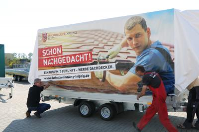 Foto zur Meldung: Anhängerprojekt um den Beruf des Dachdeckers besser jungen Menschen zu zeigen fertig