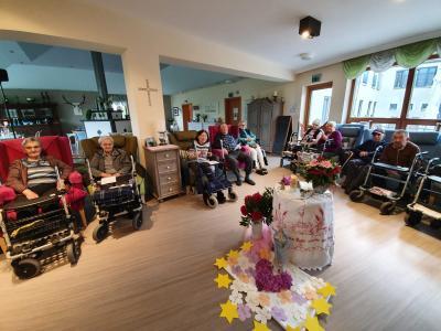 Senioren verenren die Mutter Gottes Miltach