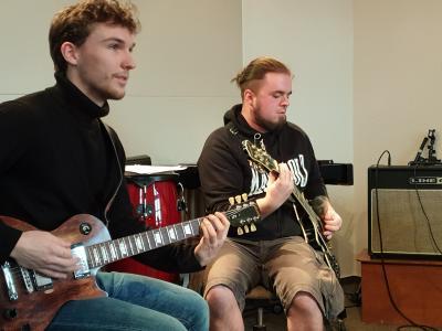 Alexander Wolf und Jonas Baalcke - begeistert von der E-Gitarre