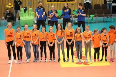 Foto zur Meldung: Die Eisfelder Volley-Kids als Ballroller und Feld-Wischer….