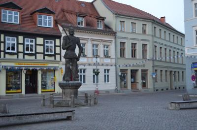 Stadt Perleberg   Blick auf dem Perleberger Roland, dahinterliegend die Stadtinformation.