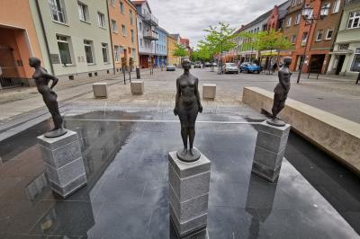 Foto zur Meldung: Trio am Mädchenbrunnen endlich wieder komplett