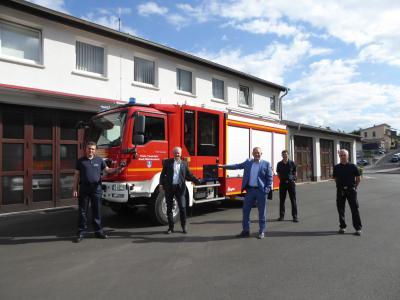 Foto: SBI Metzler mit der Kamera, Bürgermeister Weiher, Direktionsbevollmächtigter Eifert sowie Gerätewart Eckert und Stellv. SBI Werth