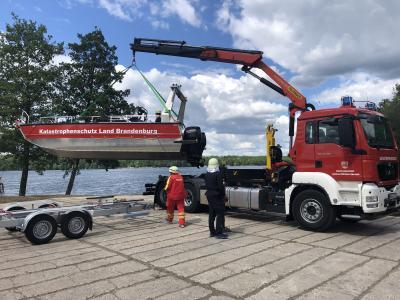 Foto zu Meldung: Landrat übergibt Mehrzweckboot an Katastrophenschutzeinheit