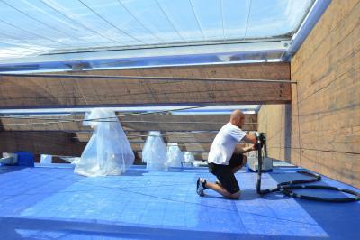 Zimmermeister Benjamin Liebenow überprüft die Binder im Dachbereich der Prignitzer Badewelt I Foto: Martin Ferch