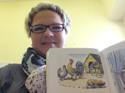 """Mandy Hemmerling liest aus """"Lustige Geschichten"""" von Wladimir Sutejew I Foto: Kita Märchenland"""