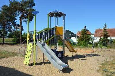 Neue Geräte laden zum Spielen und Klettern an der alten Dorfschule in Hinzdorf I Foto: Martin Ferch