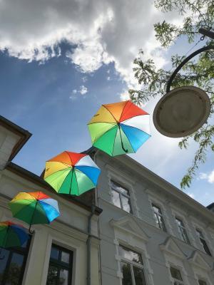 Den Außenbereich der ersten Geschäfte schmücken bereits bunte Regenschirme I Foto: Martin Ferch