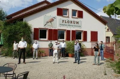 Vorschaubild zur Meldung: Aktion Südpfalz-Biotope: Landrat übergibt Kreiszuwendung