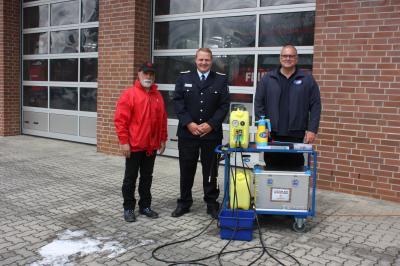 Foto zur Meldung: Brandenburgische Feuerwehren trainieren das Löschen – mit dem Schaumtrainer. Die Feuersozietät rüstet Feuerwehrverbände mit Übungsanlagen aus.
