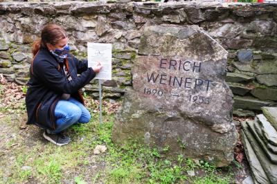 Neue Tafel für Gedenkstein Erich Weinert