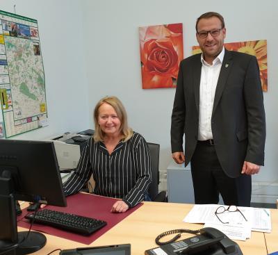 Samtgemeindebürgermeister Gero Janze und Mitarbeiterin Andrea Griguhn aus dem Einwohnermeldeamt. (Bild: Samtgemeinde Grasleben)