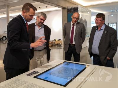Minister Axel Vogel (2.v.l.), Dr. Ronald Thiel (2.v.r.) und Halldor Lugowski (r.) lassen sich von Museumsleiter Lars Schladitz (l.) die neuen Ausstellungsmodule zeigen. Foto: Beate Vogel