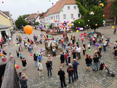 Unter Applaus stiegen die bunten Ballons über dem Markt in die Luft. Foto: Beate Vogel