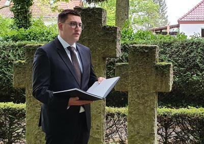 Der Abgeordnete Franz-Robert Liskow während seiner Ansprache auf dem Demminer Friedhof.