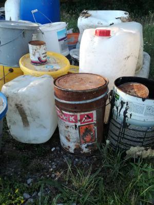 Foto zur Meldung: Müll an der Kreisstraße entsorgt