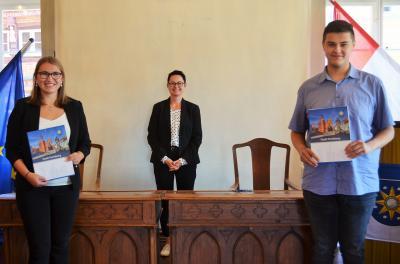 Stadt Perleberg | Amelie Steinkopf und Abdallah El-Kassem halten stolz ihre Ausbildungsverträge in den Händen.