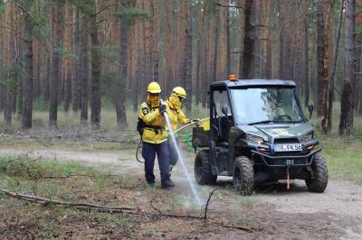 Foto zur Meldung: Die Waldbrandspezialisten der Organisation @-Fire trainieren in Damsdorf