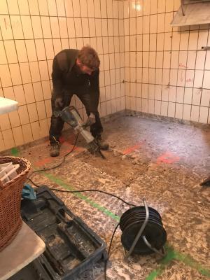 Foto zur Meldung: Umbau des alten Kühlraumes zu einem behindertengerechten WC