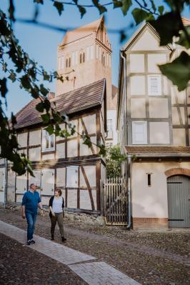 Foto: fotografenherz | Stadtspaziergang entlang des Schulgangs. Im Hintergrund Fachwerk und Kirchturm.
