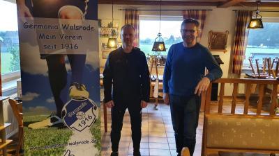 Vereinsvorsitzender Georg Krüger (re.) freut sich, dass durch die Zusage von Markus Wolkenhauer als Chef-Trainer der I.Herren-Mannschaft nun die Weichen für die kommende Saison 2020/21 ersteinmal gestellt sind.