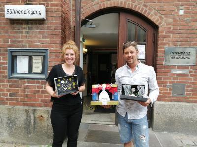 Theaterpädagogin Marie Coring nimmt die Bühnenbildmodelle in Kiel in Empfang