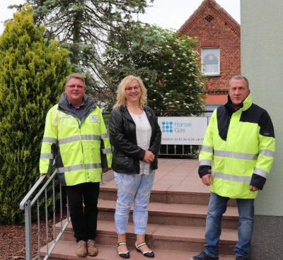 Thorsten Gnadke (links) und Rüdiger Wilke (rechts) von HanseGas begrüßen Bürgermeisterin Britta Gnadke in den neuen Räumen des Servicecenters in der Parchimer Straße in Spornitz.