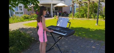 """Alma Bahr gibt kleines Konzert im Garten des katholischen Alten- und Pflegeheims """"St. Nikolaus"""" - Foto: Susann Bahr"""