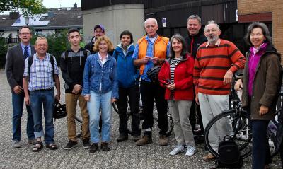 Die Aktiven der Stadtleitbild-Gruppen fuhren im September 2014 mit dem Ersten Stadtrat Ralf Sachtleber die Orte ab, an denen das Stadtleitbild gewirkt hat. Foto: Stadt Maintal