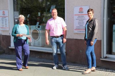 Zentrumsmanagerin Birgit Würdemann (links) im Gespräch mit Geschäftsinhaber Ullrich Jeske von Radio Jeske (Poststraße) und Wirtschaftsförderin Babett Ullrich von der Stadt Falkensee