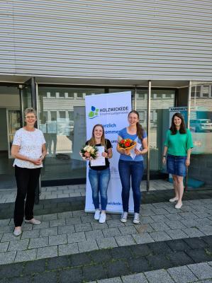 von links: Bürgermeisterin Ulrike Drossel, Viktoria Meier, Elina Dombrowski, Fachbereichsleiterin Linda Stieler