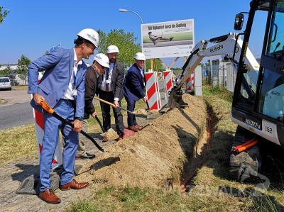 Mit dem Spatenstich starteten Landrat Torsten Uhe (vorn) und die e.discom-Vertreter den Breitbandausbau in Pritzwalk. Foto: Beate Vogel