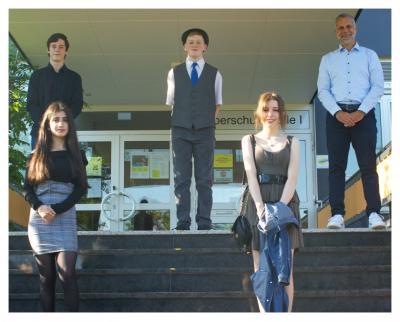 Die Jahrgangsbesten (von links oben): Michel-Maximilian Trömmner, Pascal Standke, Schulleiter Sven Sievert. Von links unten: Shanice Catuk und Lara-Sophie Gorny