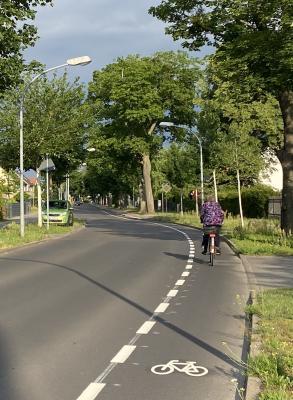 Schutzstreifen für Radfahrende am nördlichen Fahrbahnrand in der Finkenkruger Straße zwischen Weimarer Straße und Wiesenweg