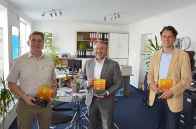 Bürgermeister Dr. Oliver Hermann (l) und Wirtschaftsförderer Christian Fenske (r) gratulierten Frank Knäbe I Foto: Martin Ferch