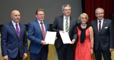 """Foto zur Meldung: """"Entwicklung von Strukturwandelmaßnahmen aus einer Hand - Kooperationsvereinbarung zwischen Wirtschaft und Wissenschaft sowie Kommunen und Kreisen der Lausitz"""""""