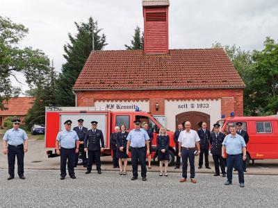 Freuen sich über das neue Fahrzeug: Die Feuerwehrleute aus Kemnitz mit Bürgermeister Dr. Ronald Thiel und Halldor Lugowski. Foto: Katja Zeiger/Stadt Pritzwalk