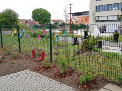 Vorschaubild zur Meldung: Fleißige Helfer im Garten der Begegnung