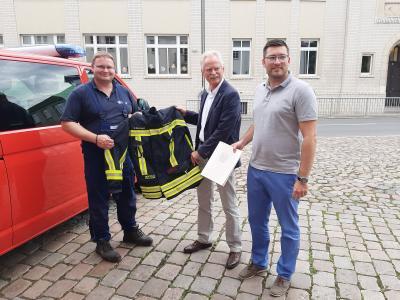 Franz-Robert Liskow (MdL), Bürgermeister Dr. Koch und Wehrleiter André Knaack freuen sich über die zugesagten Fördermittel für neue Schutzkleidung