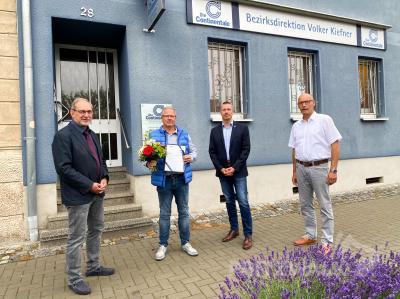 Blumen, Glückwünsche und eine Ehrenurkunde: Volker Kiefner (2.v.l.) erhielt die Glückwünsche von Dr. Ronald Thiel (r.), René Georgius und Dietmar Sachs (l.). Foto: Andreas König/Stadt Pritzwalk