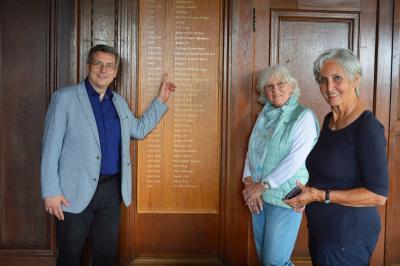 Dr. Oliver Hermann zusammen mit Monica Kowalzik und Dagmar Hellmund (r) vor der Tafel der Wittenberger Bürgermeister I Foto: Martin Ferch