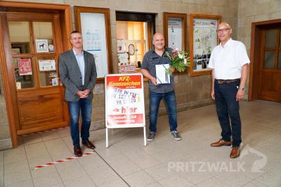 Glückwünsche zum 30-jährigen Bestehen erhielt Michael Wolf (Mitte) von Dr. Ronald Thiel und René Georgius. Foto: Andreas König/Stadt Pritzwalk