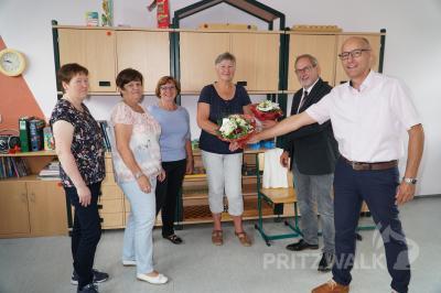 In den wohlverdienten Ruhestand wurden Ute Genentz (2.v.l.) und Sabine Vogt (Mitte) verabschiedet. Foto: Andreas König/Stadt Pritzwalk